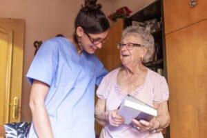 Zalety domu opieki w przypadku opieki nad seniorem z Alzheimerem
